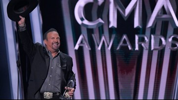 Despite female push, Garth Brooks bests Underwood at CMAs